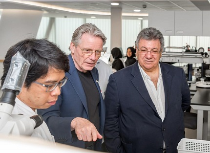 Kenneth Scarratt (centre), CEO of DANAT and President of the CIBJO Pearl Commission, giving CIBJO President Gaetano Cavalieri a tour of the Bahrain Institute for Pearls & Gemstones' new gem and pearl testing facility in Manama